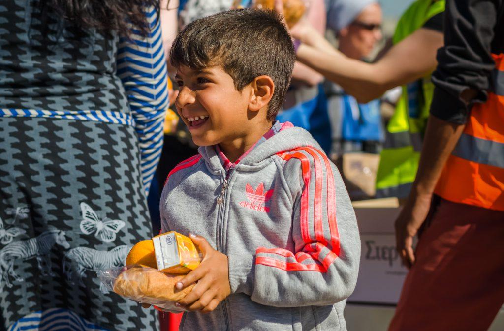 Hilfe für Geflüchtete - ein Junge freut sich