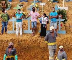 Menschen vor einem Massengrab in Manaus (Covid-19-Pandemie)